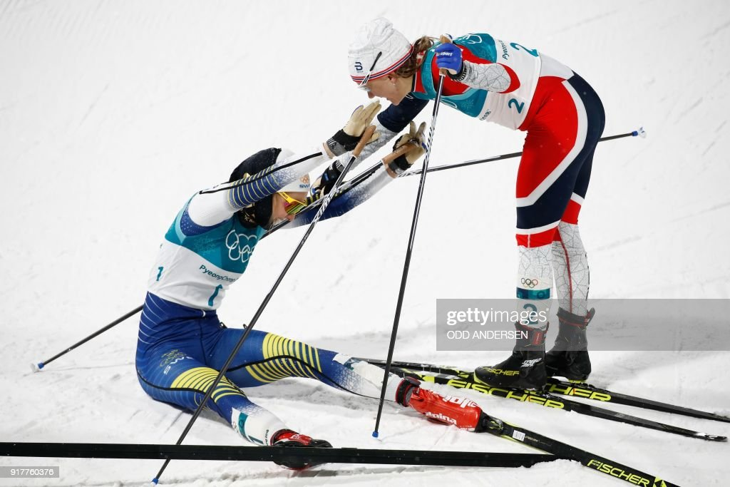 TOPSHOT - Sweden's Stina Nilsson (L) is congratulated by silver medal winner Norway's Maiken Caspersen Falla after winning gold in the women's cross-country individual sprint classic final at the Alpensia cross country ski centre during the Pyeongchang 2018 Winter Olympic Games on February 13, 2018 in Pyeongchang. / AFP PHOTO / Odd ANDERSEN