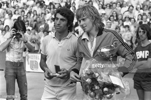Sweden's tennis player Bjorn Borg and Spanish Manuel Orantes pose after the men's single final, at the French tennis Open of Roland Garros, 16 June...
