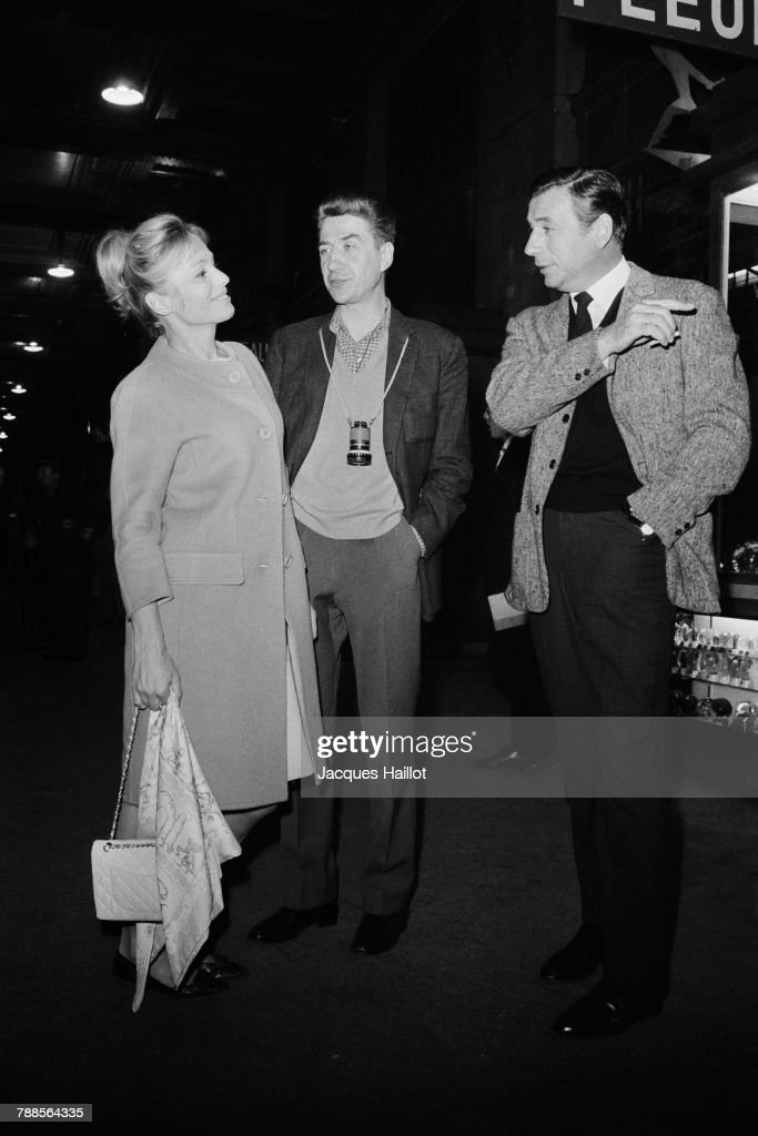 Swedish actress Ingrid Thulin and Italian-born French actor and singer Yves Montand (R), with director Alain Resnais on the set of his movie La Guerre est finie.