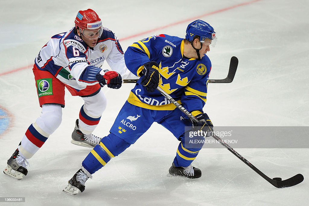 Swedish Andreas Falk (R) fights for the : News Photo
