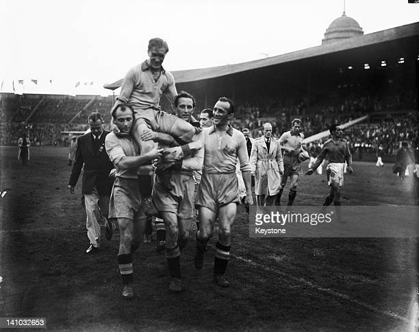 Swedish captain Birger Rosengren is carried off the field by members of his team after their 31 victory against Yugoslavia in the football final at...