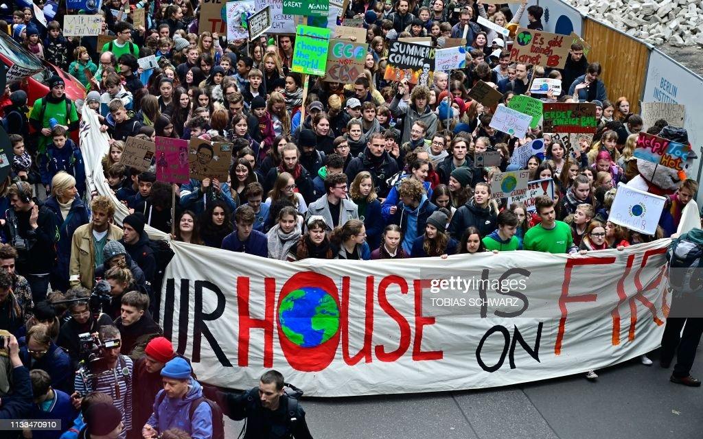 TOPSHOT-DOUNIAMAG-GERMANY-POLITICS-CLIMATE-ENVIRONMENT-DEMONSTRA : News Photo