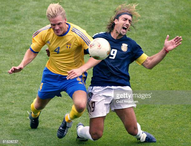 Swedish defender Johan Mjallby vies with Argentinian forward Gabriel Batistuta during the Group F first round last match Sweden/Argentina of the 2002...