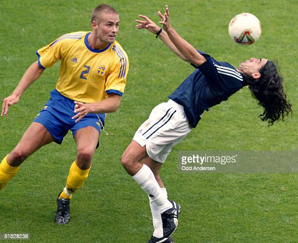 Swedish defender Olof Mellberg looks on as Argentinian midfielder Juan Pablo Sorin chests the ball during the Group F first round last match...