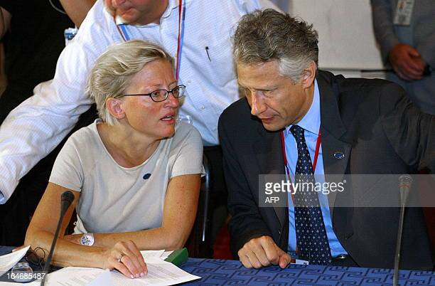 Swedish Foreign Minister Anna Lindh chats with her French counterpart Dominique de Villepin during the Tour de Table at the informal meeting of EU...