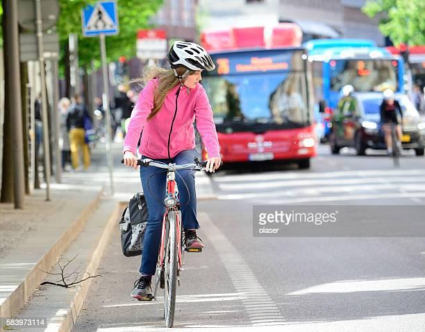 スウェーデンの女の子と自転車で交通渋滞 - スポーツヘルメット ストックフォトと画像
