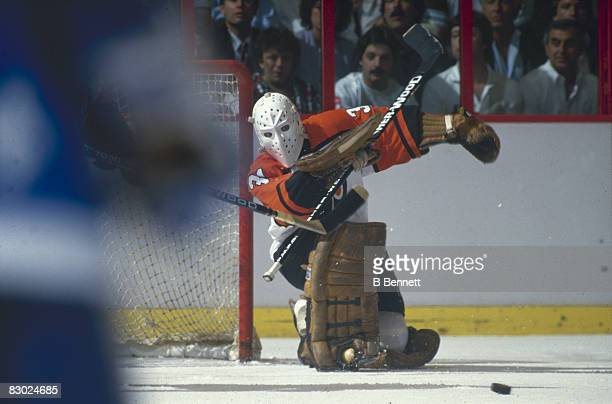 Swedish ice hockey player Pelle Lindbergh goalkeeper for the Philadelphia Flyers eyes the puck in front of his net during a game early 1980s
