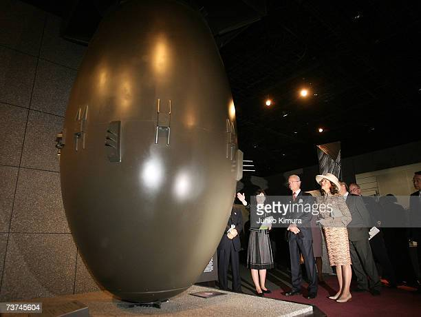 Swedish King Carl XVI Gustaf and Queen Silvia of Sweden look at a model of NagasakiType Atomic Bomb 'Fatman' which was dropped on Nagasaki on August...