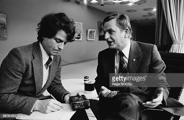 Swedish Prime Minister and Chairman of the Social Democratic party Olof Palme answers the questions of French journalist FranzOlivier Giesbert during...