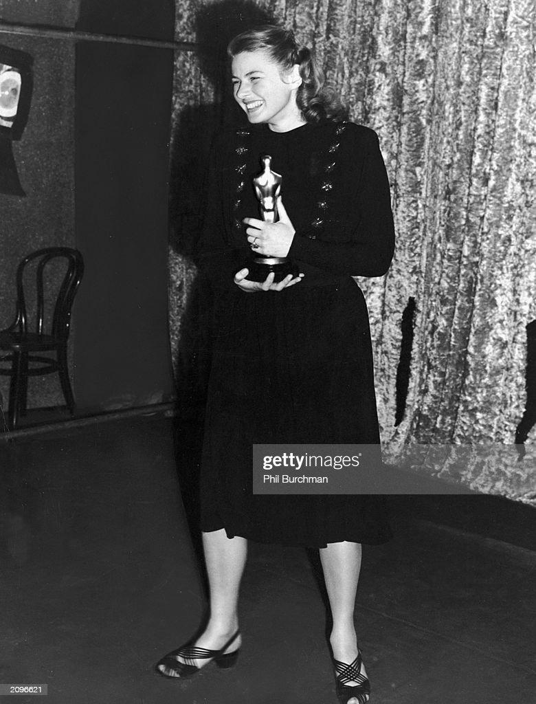 Ingrid Bergman Holds Her Oscar  : News Photo
