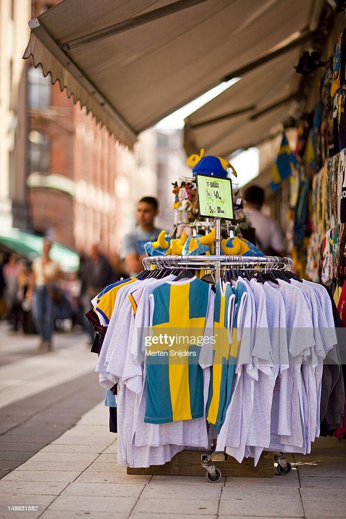 Swedish-themed tourist shop on Drottninggatan with national flag shirts on display. : Stockfoto