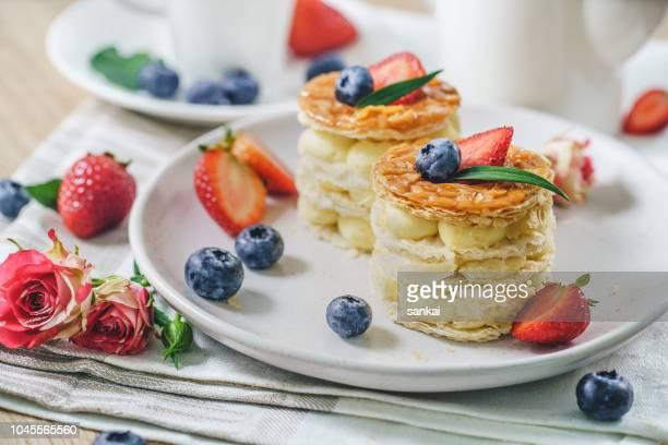 tortas dulces con arándanos y fresas - comida flores fotografías e imágenes de stock