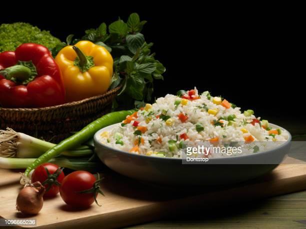 milho doce, pimentão vermelho, verde ervilha deliciosa risot saudável - leguminosa - fotografias e filmes do acervo