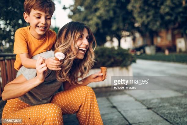 zoete dag met mijn zoon - cheerful stockfoto's en -beelden