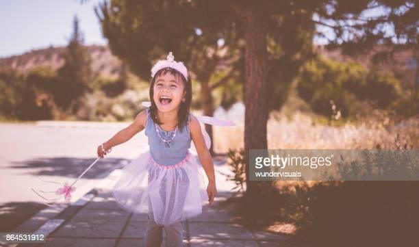 süße kleine asiatin spaß im freien in fairy queen kostüm - prinzessin stock-fotos und bilder