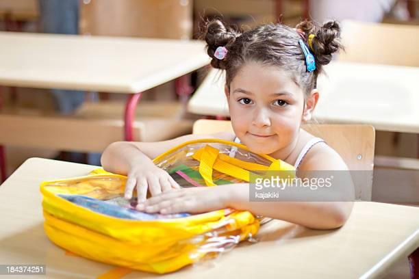 Süßes kleines Mädchen in der Schule