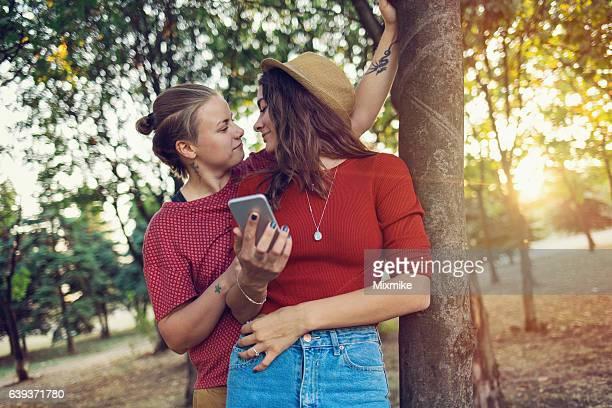 sweet new love - ados lesbiennes en couple photos et images de collection
