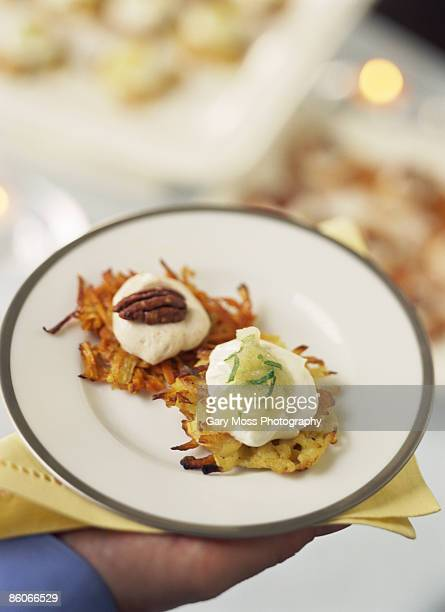 sweet potato and white potato latkes - chanukka stock-fotos und bilder