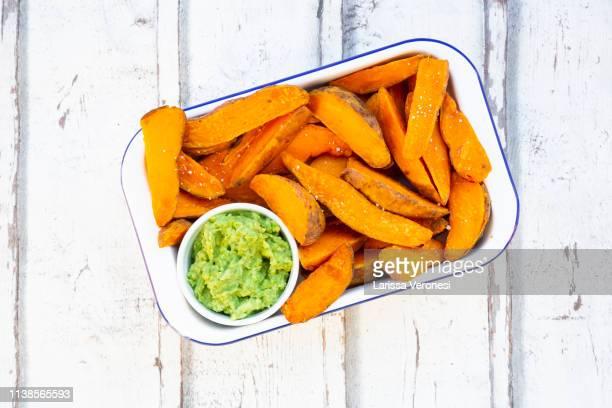 sweet potato wedges with avocado dip - larissa veronesi stock-fotos und bilder
