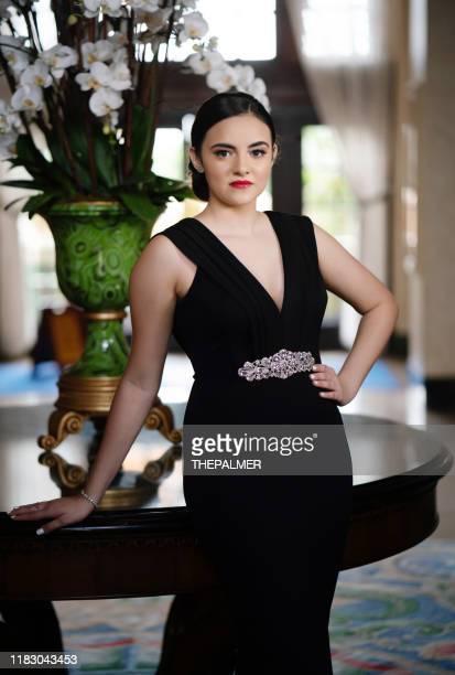 sweet zestien tiener draagt zwarte jurk - avondjurk stockfoto's en -beelden