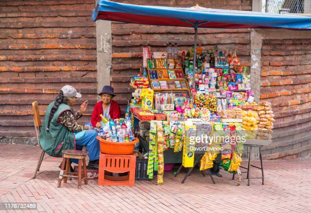 お菓子、飲み物、クラッカーキオスクはかなりの古い歴史的な部分の通りで、エクアドル - キト ストックフォトと画像