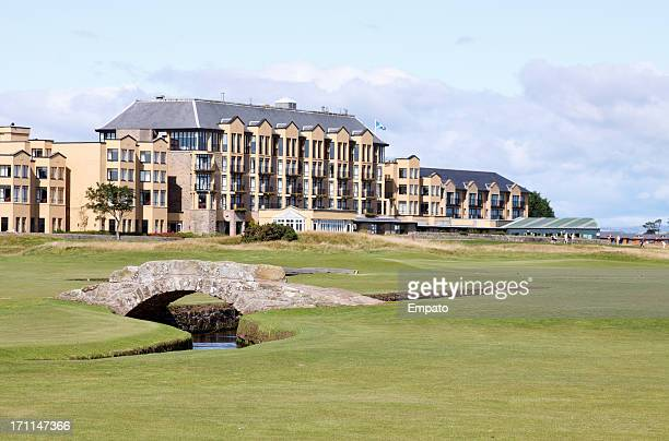 swilken bridge, the old course, st andrews, scotland. (xl) - st. andrews scotland stock pictures, royalty-free photos & images
