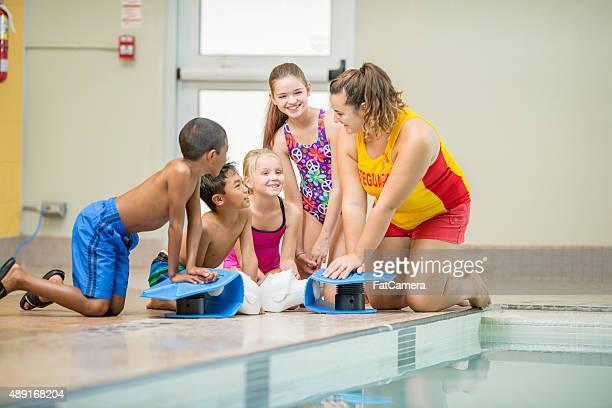 Swim Klasse Schüler lernen in Herz-Lungen-Wiederbelebung