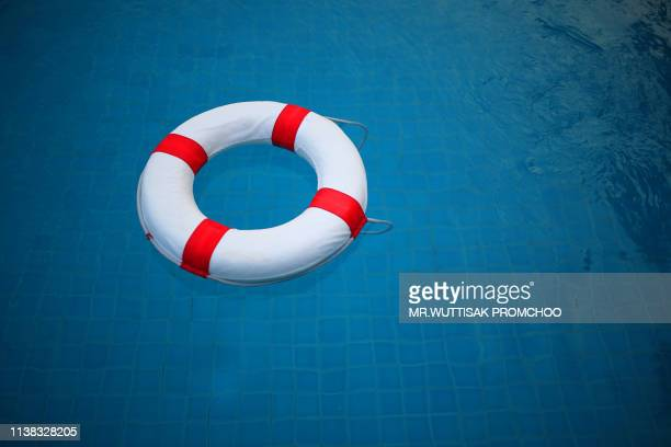 swim ring.red and white lifebuoy. - sos einzelwort stock-fotos und bilder