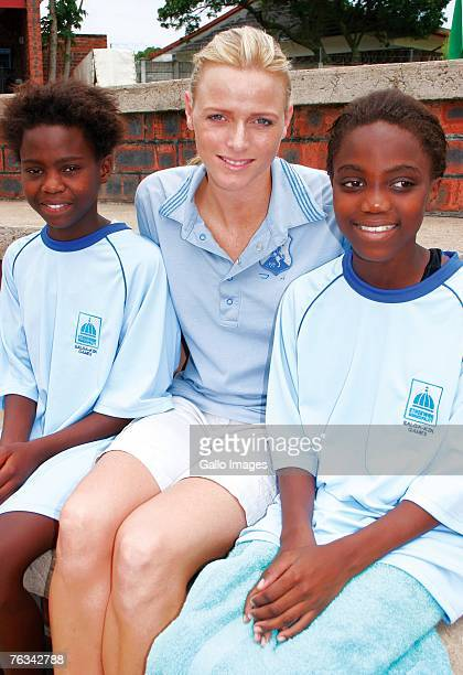 Swimmer Charlene Wittstock poses with participants of a childrens swim training she coached during a training session on December 2 2006 in Richards...
