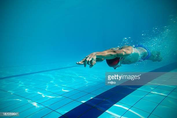Schwimmer Tauchen nach dem Sprung in den Swimmingpool