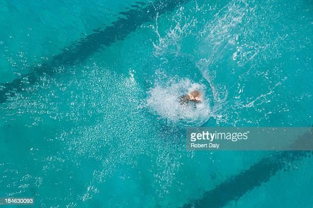 Schwimmer Tauchen im pool
