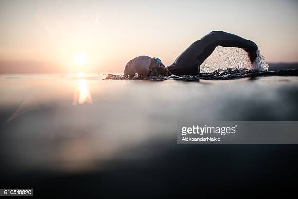 swimmer in action - vastberadenheid stockfoto's en -beelden