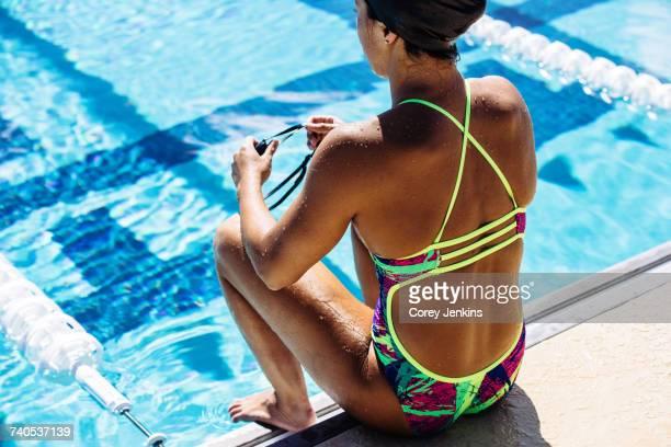 swimmer sitting at end of pool - finale wedstrijd stockfoto's en -beelden