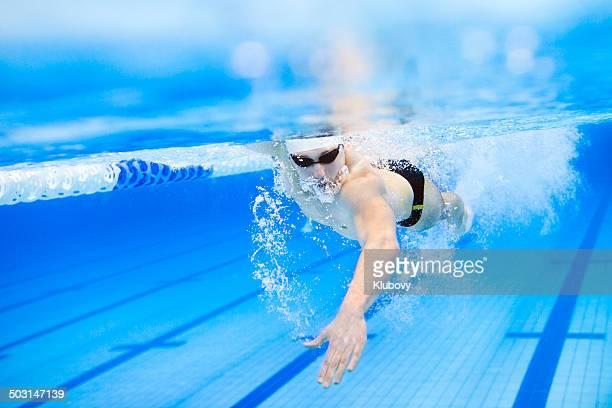 Nadador avanzado a través de la piscina