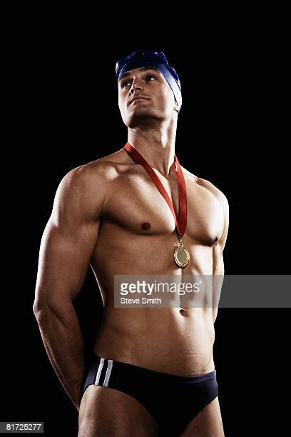 swimmer with gold medal wearing cap and goggles - médaille d'or photos et images de collection