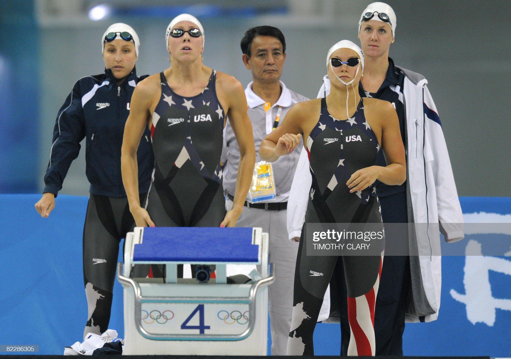 US swimmers Caroline Burckle (2nd L), Ki : Fotografía de noticias