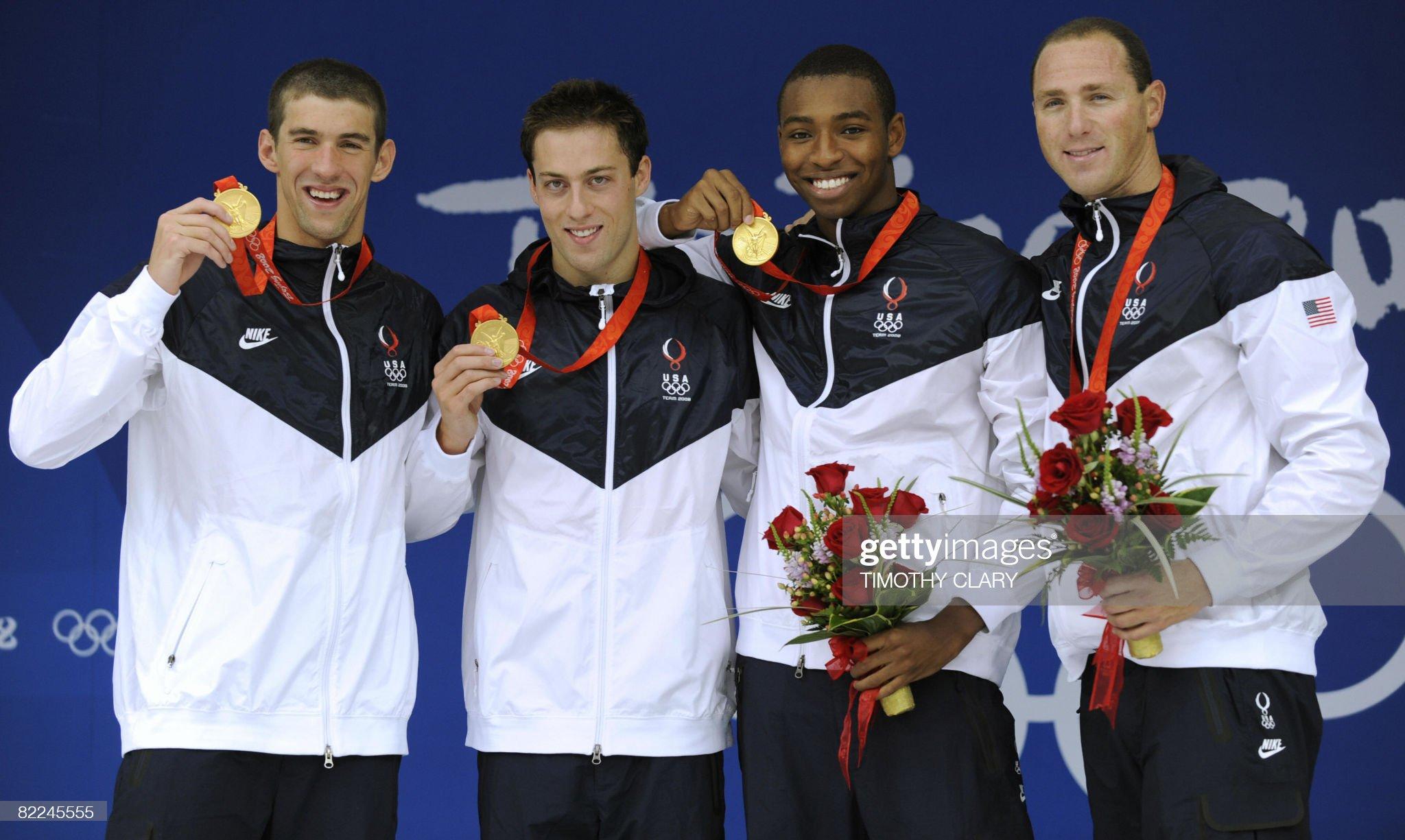 US swimmers Michael Phelps (L), Garrett : Fotografía de noticias