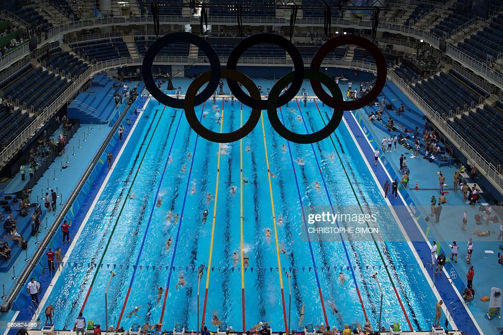 TOPSHOT - Swimmers practice during a training session at the Olympic Aquatics stadium, on August 4, 2016 in Rio de Janeiro, ahead of the Rio 2016 Olympic games. / AFP / CHRISTOPHE