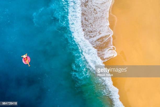 透明な青緑色の海で泳ぐ - アンタルヤ県 ストックフォトと画像