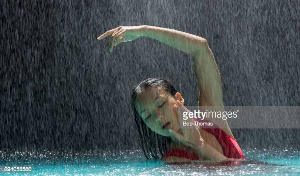 swimming in the rain - verleidelijke vrouw stockfoto's en -beelden