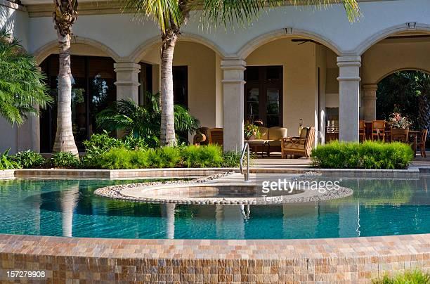 プールとスパで、ご自宅のスペース
