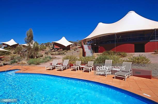 swimming pool and tent chalets at longitude 131 lodge, ayers rock resort. - längengrad stock-fotos und bilder