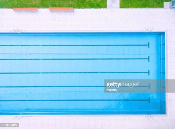 swimming pool. directly above aerial view, drone perspective. summer - piscina pubblica all'aperto foto e immagini stock