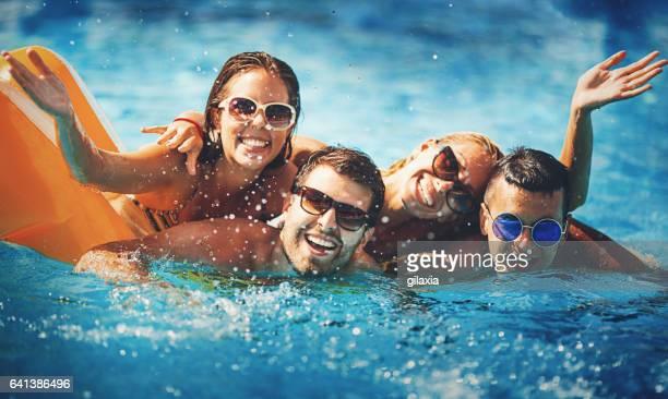 piscina divertimento. - piscina pubblica all'aperto foto e immagini stock