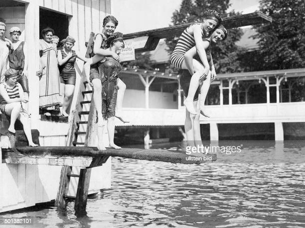 Swimming pool scenes Young women of a Berlin swimming club at a ladies' pool - identical with image no. #781745 - 1909 -