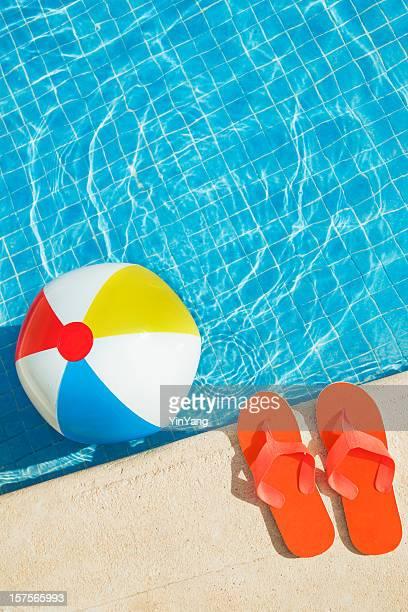 Swimmingpool jeden Sommerspaß mit schwimmenden Beach Ball, Flip Flops