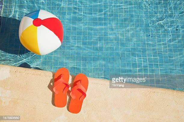 Swimmingpool im Sommer Urlaub Spaß mit schwimmenden Beach Ball, Sandalen