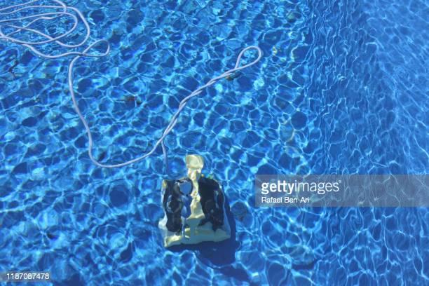 swimming pool vacuum cleaner - rafael ben ari fotografías e imágenes de stock