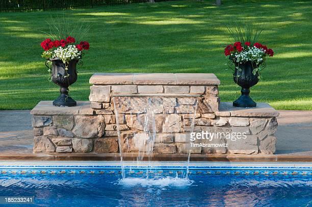 Swimmingpool und Wasserfall
