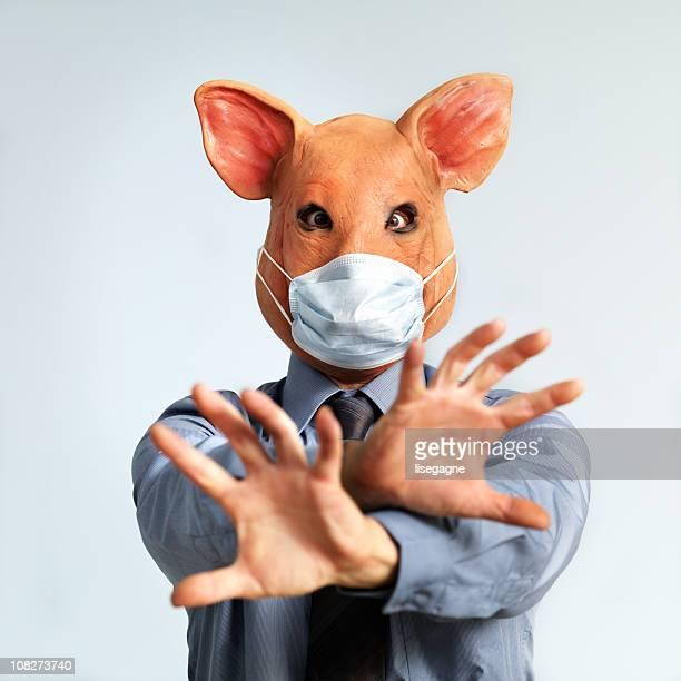 Gripe suína conceito, Homem vestindo máscara com cabeça de Porco
